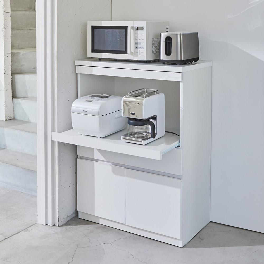 必要なものだけコンパクトに置ける ミニマリストのためのミニマルレンジ台 扉タイプ 幅80cm 天板に電子レンジの他、小型の調理家電も並べて置ける幅80cmタイプ。中段のスライド棚は約25cm前方へ出せます。