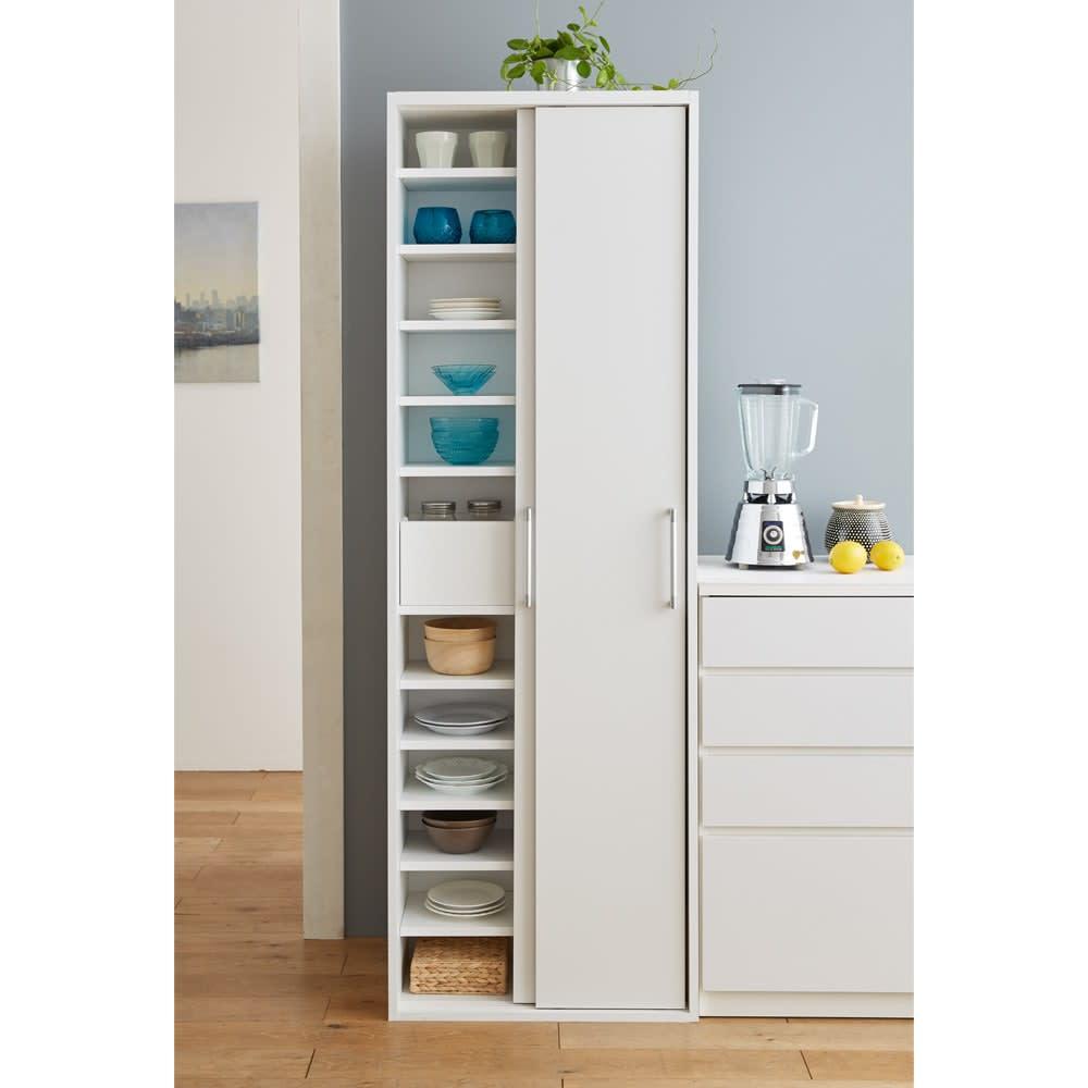 棚板たっぷりラクラク引き戸食器棚 幅60cm・奥行29cm (ア)ホワイト 収納しにくい食器や細々したキッチン雑貨に。20枚の棚板とトレーで空間を無駄なく使えます。