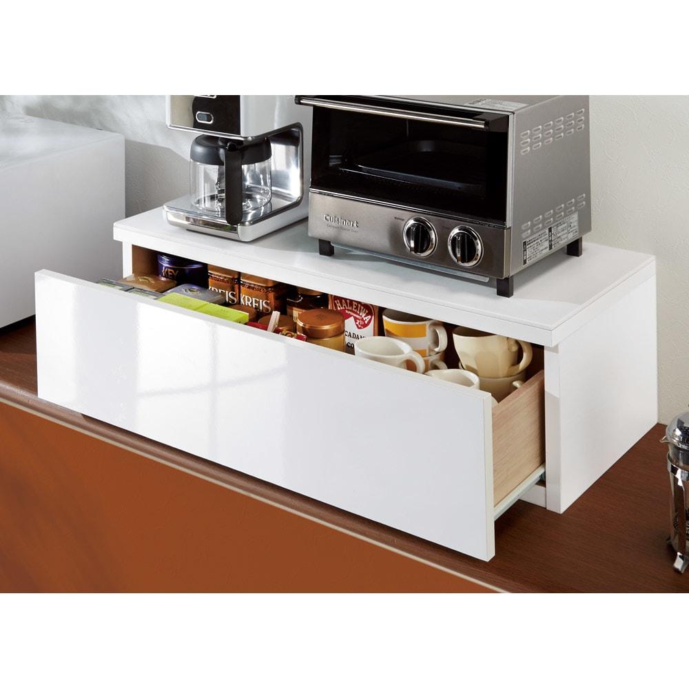 人工大理石天板のカウンター上収納 幅75cm・引き出し1段 内寸高15cmでコーヒーやお茶類の収納に便利。