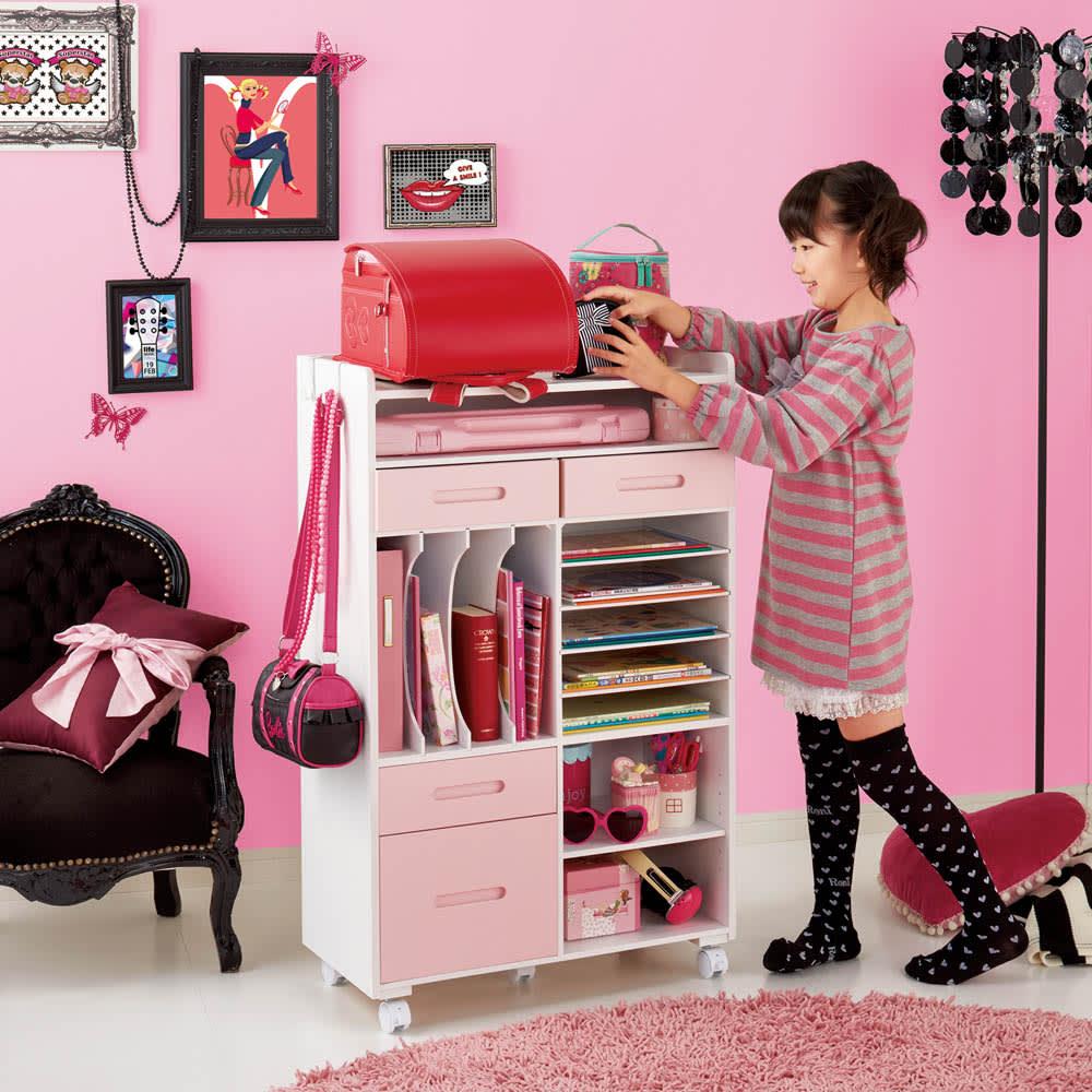 おしゃれキッズのランドセル・カバンラック 使用イメージ(ア)ピンク ※写真の子供の身長は約125cmです。