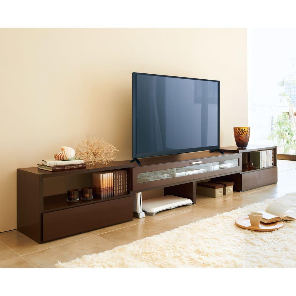 すっきり、ぴったりが心地よい伸縮式テレビ台スイングローボード 扉付き幅148.5~283cm すらっと伸ばして大容量リビング収納も兼ねたテレビ台に。ディスプレイも収納も自由自在。※テレビサイズは55インチのイメージです。