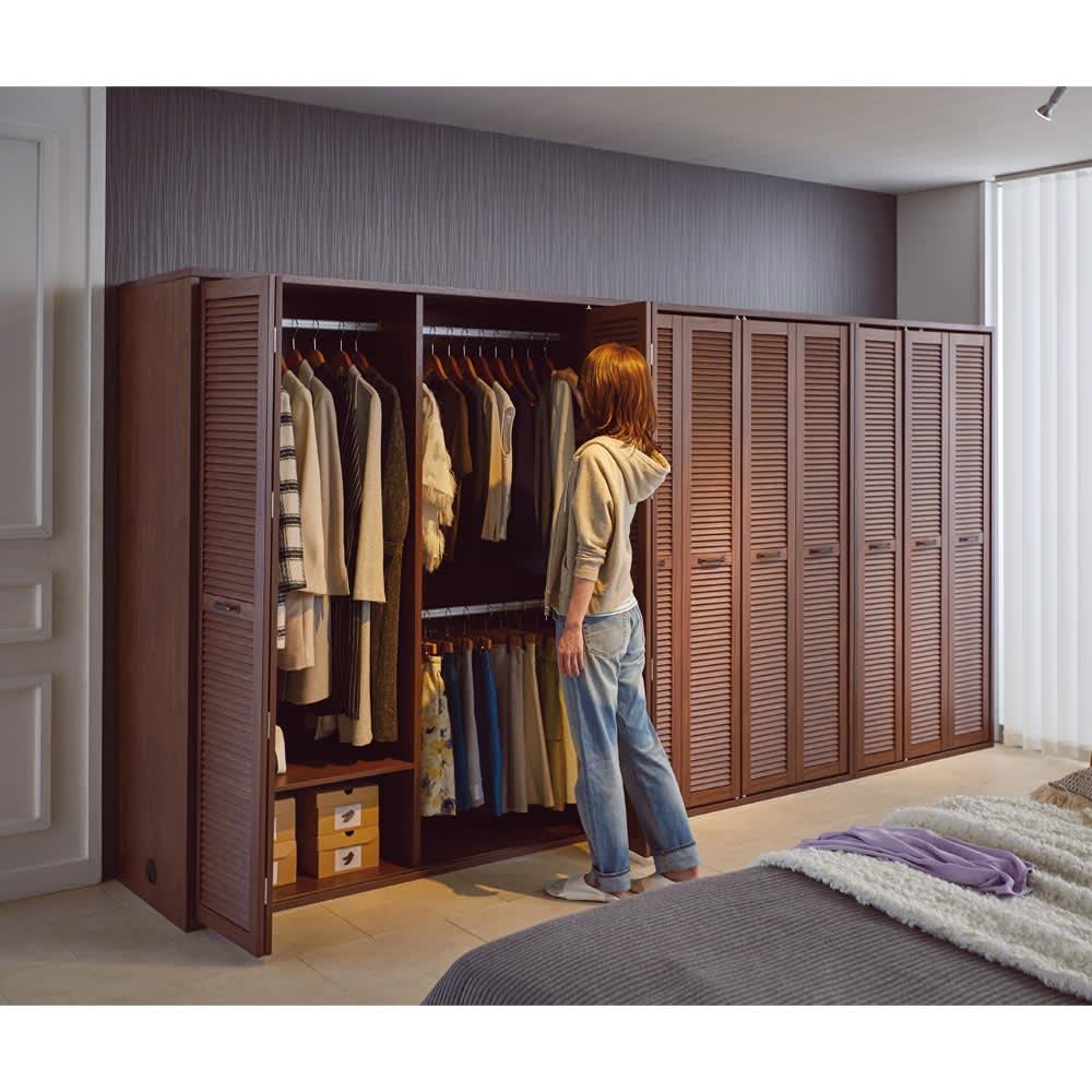 ルーバー 折れ戸クローゼット クローゼット 幅150cm コーディネート例(イ)ダークブラウン 折れ戸なら開閉スペースが少なく、全開にすれば収納物をひと目で見渡せます。