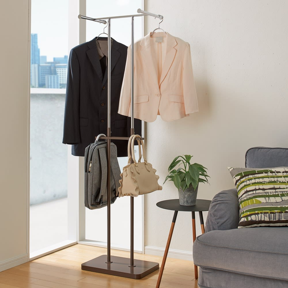手軽で便利なショップスリムハンガー ダブルタイプ (イ)ダークブラウン  中段のバッグ、小物掛けもとっても便利。ダブルタイプも省スペース。ご家族のちょい掛けハンガーに。 ※お届けする商品です。
