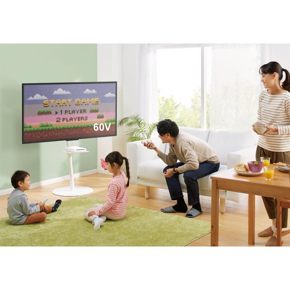 スマートテレビスタンド ハイタイプ(24~45V対応) 使用イメージ(イ)ホワイト 家族みんなでゲームや映画を楽しむ。 ※写真はラージタイプです。棚板は別売りの『ハイタイプ対応 デッキ用棚板』を使用しています。
