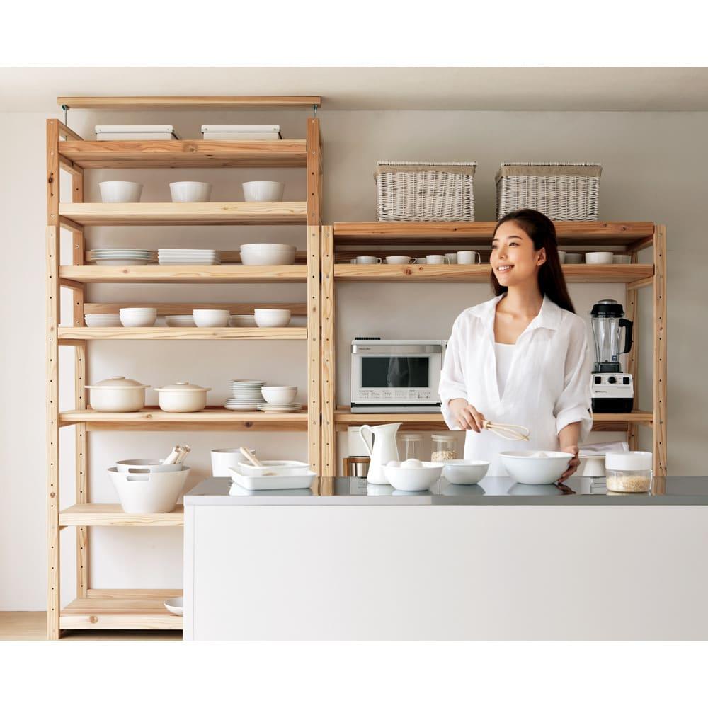 【天井突っ張り対応】国産杉の無垢材キッチン収納 壁面突っ張りラック 幅119cm奥行38cm 北欧風を感じさせるシンプルなキッチンラック。食器棚としても便利です。(右は同シリーズ突っ張りなしキッチンラックです)