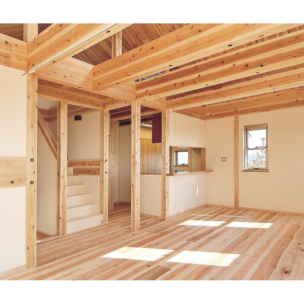 【天井突っ張り対応】国産杉の無垢材キッチン収納 壁面突っ張りラック 幅119奥行51cm 丈夫な国産杉 建築材にも使われるほどの丈夫さを持つ国産杉。その特性を生かした丈夫なラックです。長年使い続けても安心な耐久性。
