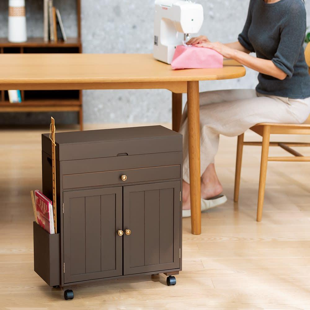 ミシン専用! 裁縫用品 ひとまとめ収納ワゴン ダイニングテーブルの下にも収まる高さ57.5cm。