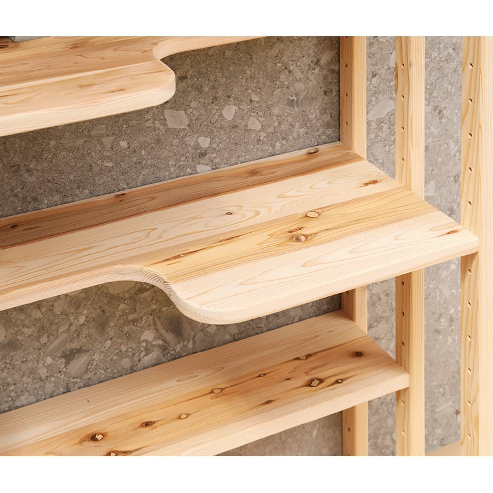 国産天然杉のネコも遊べるオープンラック 突っ張りタイプ 幅102cm 高さ183~272cm 本のサイズに合わせて6cm間隔で移動できる4枚の可動ステップ棚が付いています。ステップ棚板の奥行は、広い部分が41cm、狭い部分でも22.5cm。最下段は奥行41cmの固定棚。