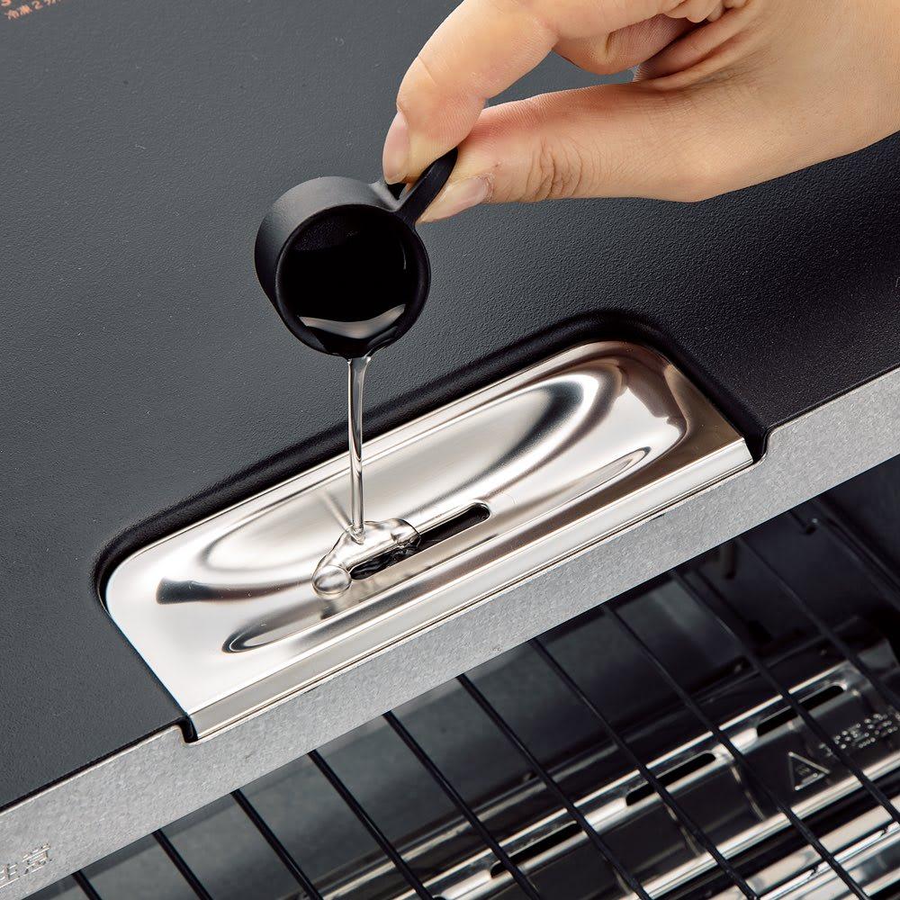 【送料無料】BALMUDA The Toaster(K05A) バルミューダ ザ・トースター おいしく焼き直すためには、付属の計量カップで5ccの水を注いで庫内にスチームを充満させ、パンの表面を薄い水分の膜で覆うことがポイント。水分は気体より早く加熱されるため、パンの表面だけが軽く焼け、中に水分を閉じ込めることで驚きのサクふわ食感に。