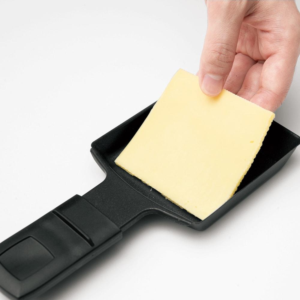 ホームパーティーグリル WEB限定 先着200名様 レビューを書いて特典付き (3)[ミニパン]にお好きなチーズをのせる。