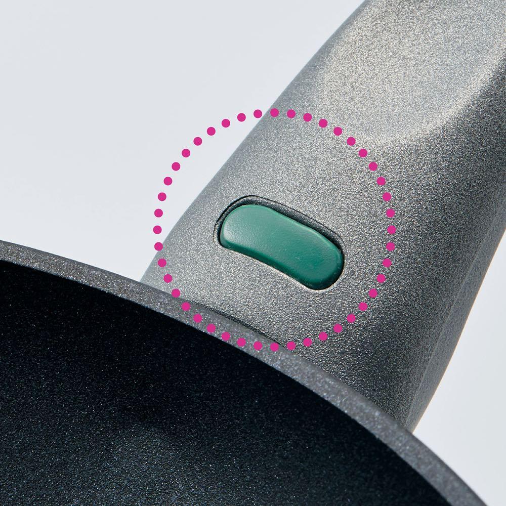 イタリア製 TVS mito/ミト フライパン26cm 料理の始め時が、ひと目でわかる! ハンドルに搭載した温感センサーが黒から緑に変わったら、予熱完了のサイン。(両手鍋径24cmは除く)