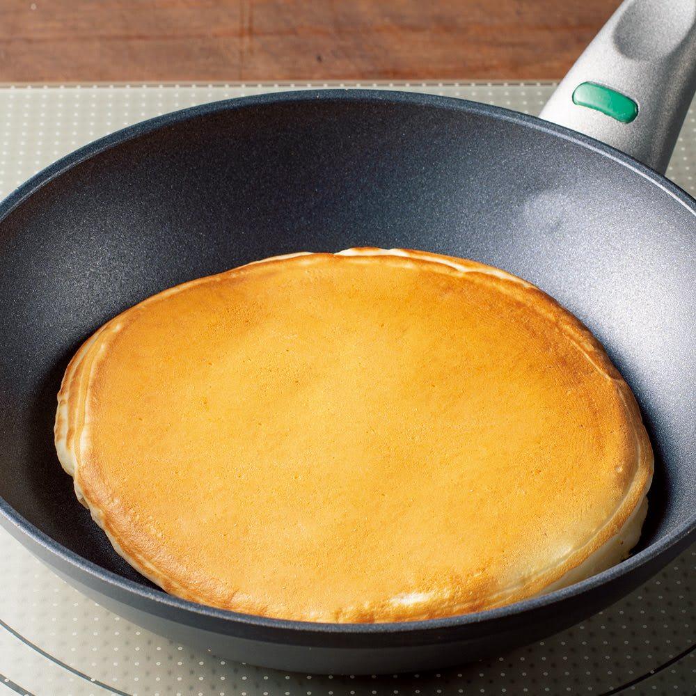 イタリア製 TVS mito/ミト フライパンウォック 炒め鍋28cm 独自のノンスティック加工で快適。 ホットケーキも油をひかずに美しく。