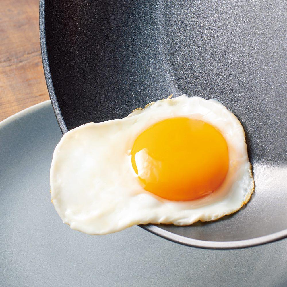 イタリア製 TVS mito/ミト ガラス蓋付き 深型フライパン 26cm 目玉焼きもスルっとお皿に移せます。