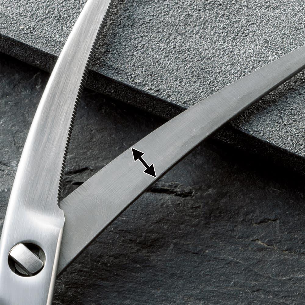 鍛造オールステンレス製カーブキッチンバサミ 刃の幅を薄くすることで軽量化を実現。