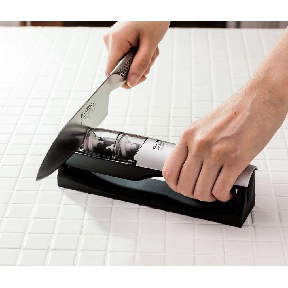 GLOBAL/グローバル 専用包丁研ぎ器 ハンドル部分に手をしっかり握ることができるので安定して研ぐことができます。