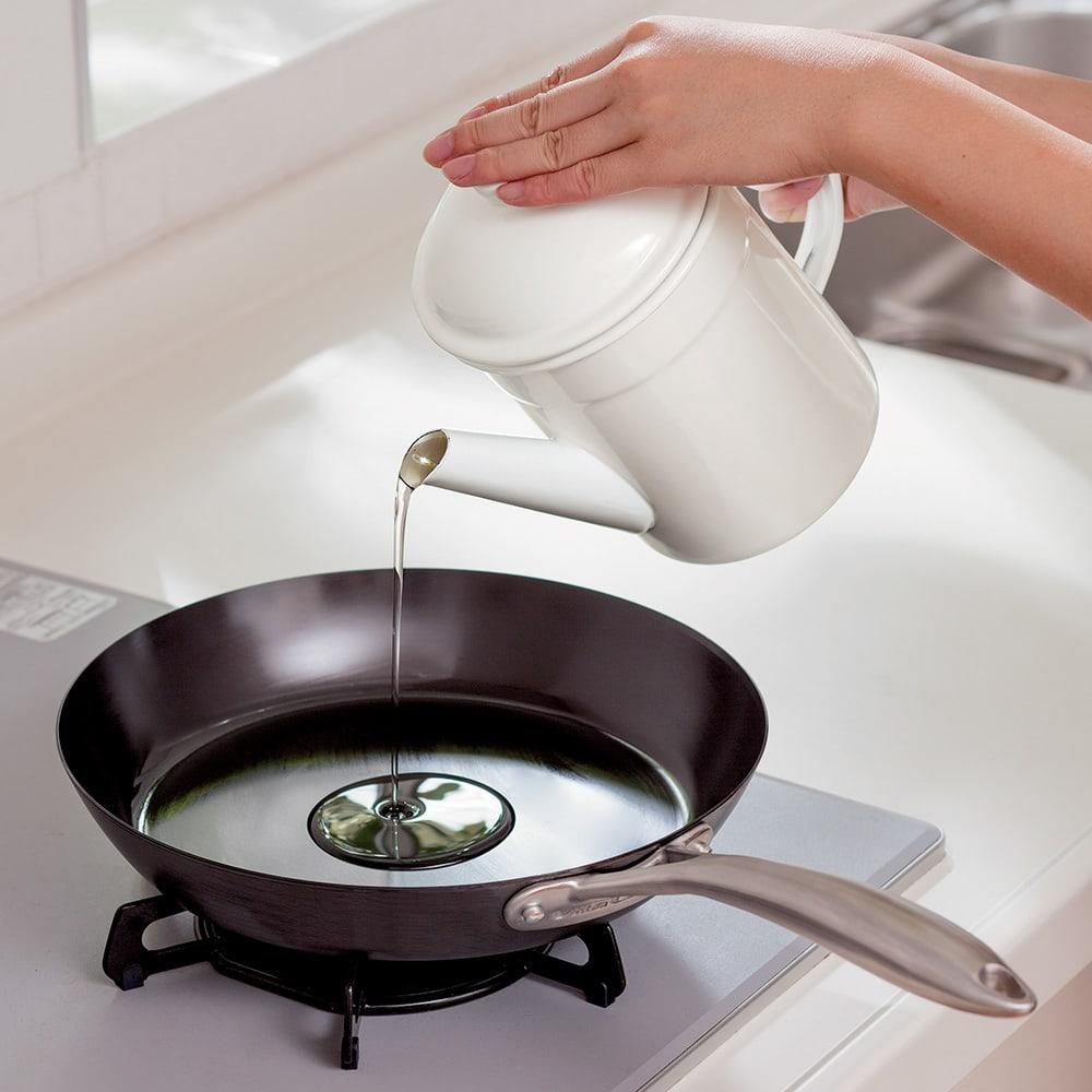 野田琺瑯の活性炭付きオイルポット きれいになった油は炒め物などにも。