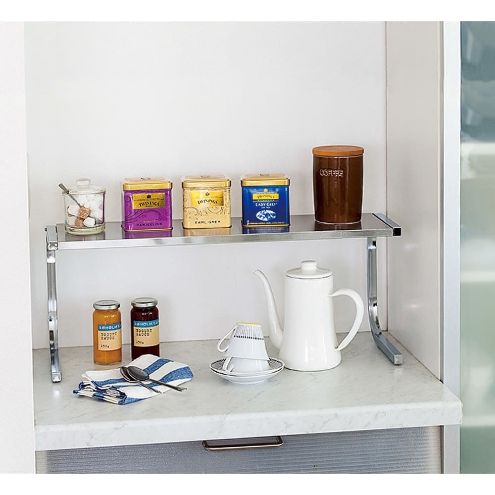 伸縮式ステンレス棚どこでもサポートラック 1段 小物置きコーナーとしても ティーポット、茶葉、お茶菓子などを置いておくコーナーにしても◎。アイデア次第で使い方いろいろ。