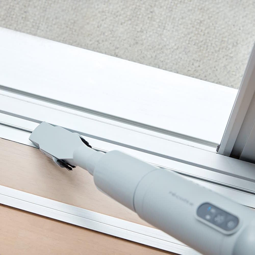 レコルト コードレスハンディークリーナー キーボードのすき間にも 付属の2WAYノズルを使えば、キーボードのすき間など細部のホコリやゴミもすっきり。