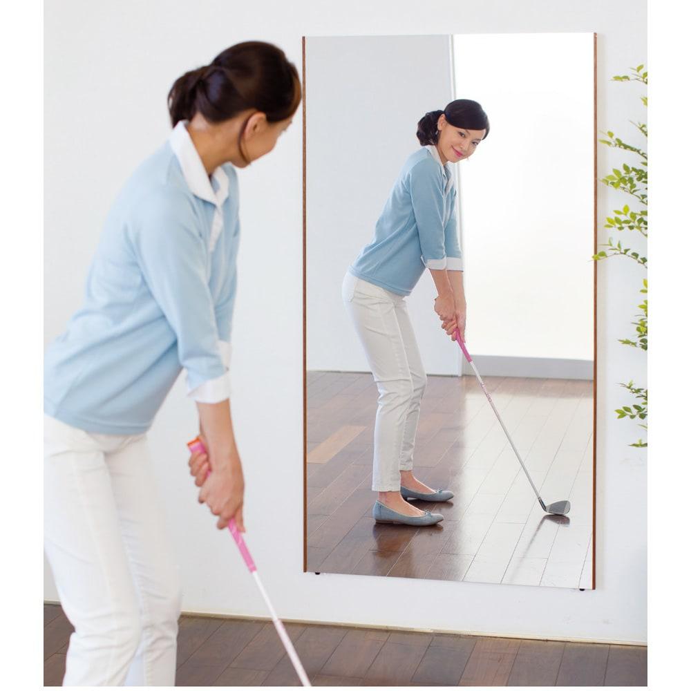 【サイズオーダー】割れない軽量フィルムミラー幅82~90cm[太枠フレーム] 割れる心配がないから、ゴルフのスイングやフォームのチェックも安心してできます。