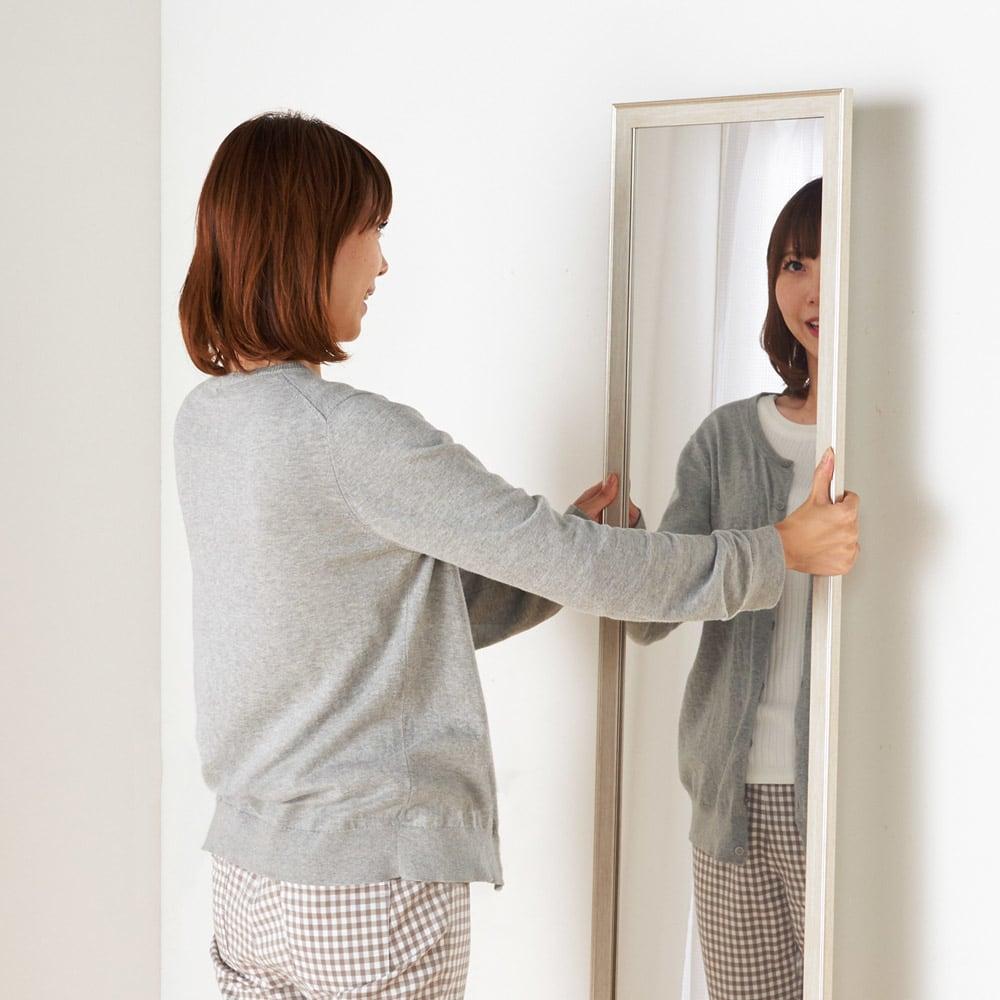 割れないミラー 額装風 樹脂フレーム 重量はガラスの約6分の1 軽い!ラクに持ち上げられるので、女性でも簡単に壁に吊せます。