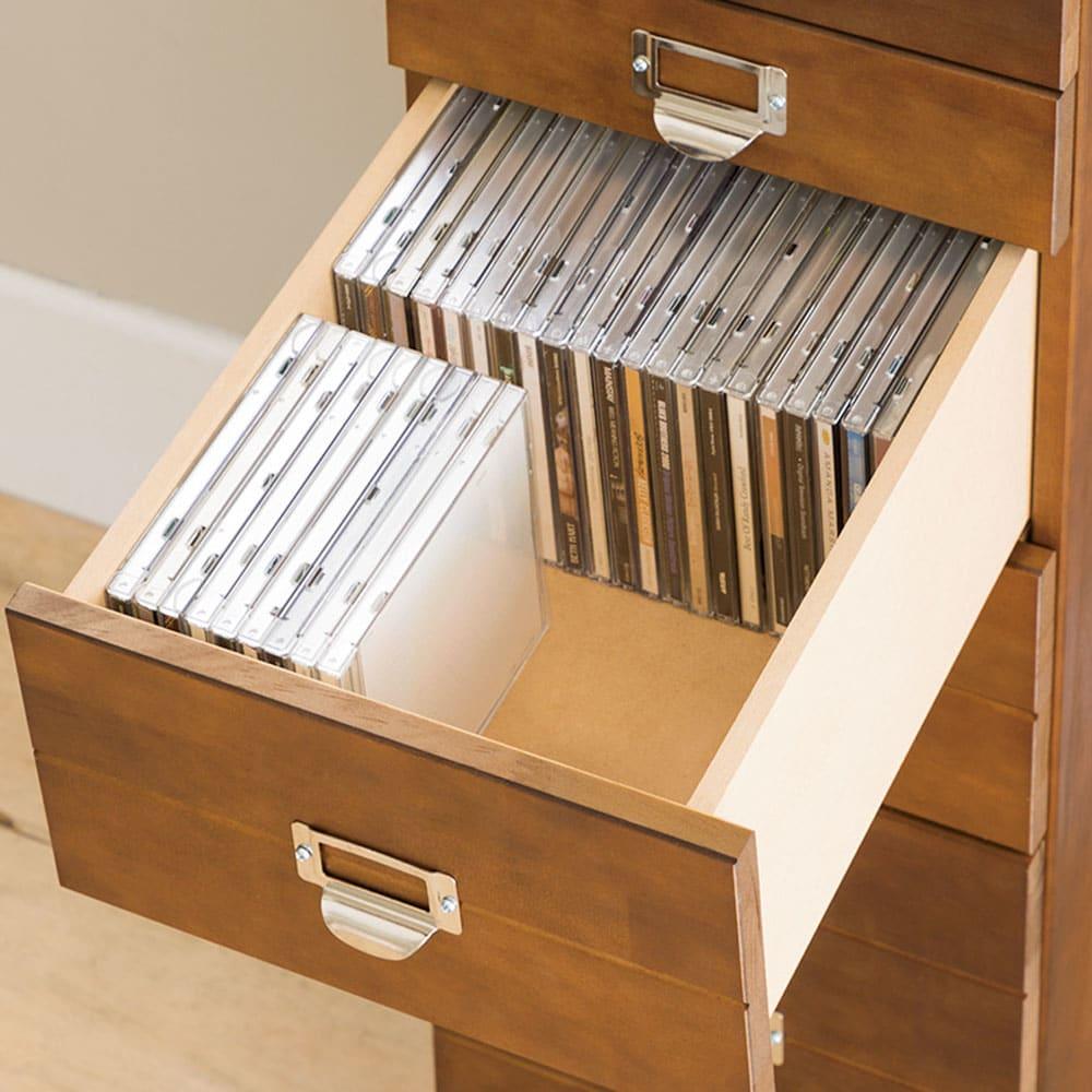 脚が選べる パイン天然木チェスト 深型6段 深引き出しは、CDが縦に収納可能。選びやすく、出し入れもスムーズ。