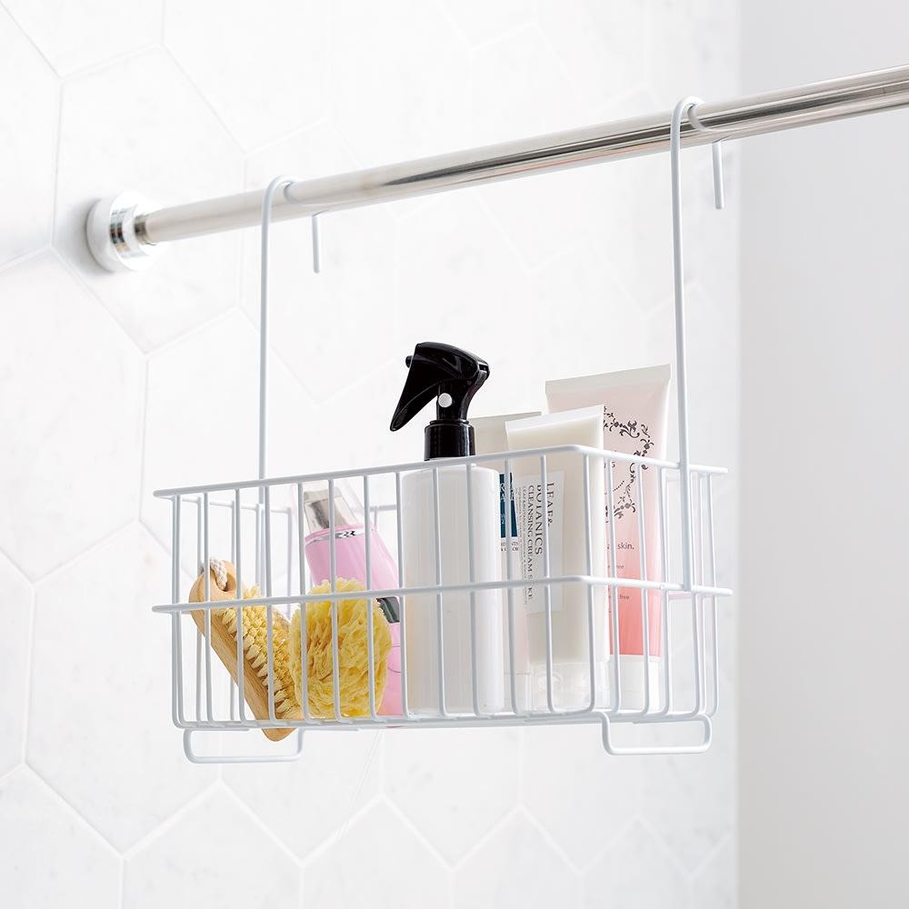 バーに吊るせる お風呂バスケット 浴室物干しバーにかけて、お子様のいたずら防止にも◎。(画像は【ワイドタイプ】です)