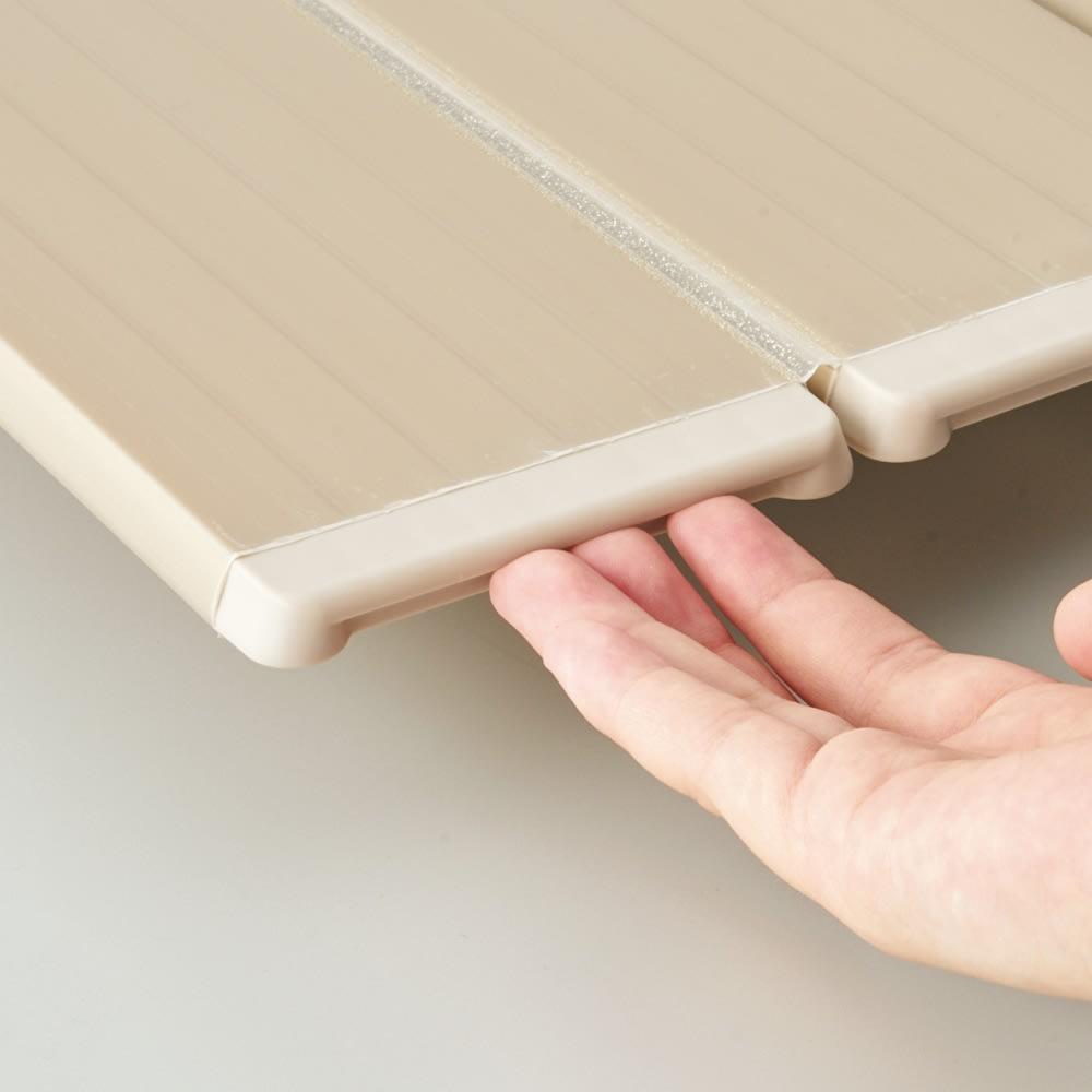 銀イオン配合 軽量・抗菌折りたたみ式風呂フタ サイズオーダー 奥行75cm(シルバー色) ヘリのくぼみに指が入って畳みやすい設計。