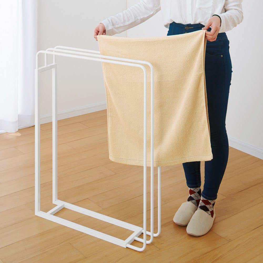 ミヤケデザイン 2WAYバスタオルハンガー 大きいバスタオルも横からかけられてラクラク。