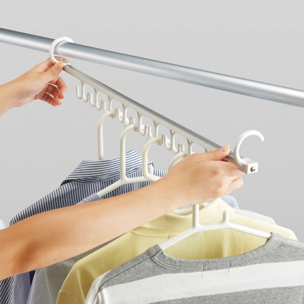 アコーディオン式スムーズ伸縮物干し(伸縮竿付き) ワイド ベース2個付き(竿3本付き) 9連ハンガーフックバー 洗濯物を一気に取り込めるハンガーフックバー付き。