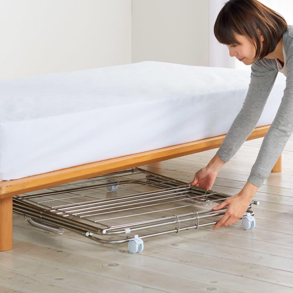 ワンピースも掛けられるステンレス製 室内物干し(日本製/大木製作所) たたむと約9cmに。ベッドの下にも収納できます。