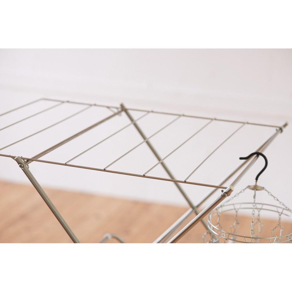 ワンピースも掛けられるステンレス製 室内物干し(日本製/大木製作所) バスタオルもたっぷり干せることができ、平干しも可能です。