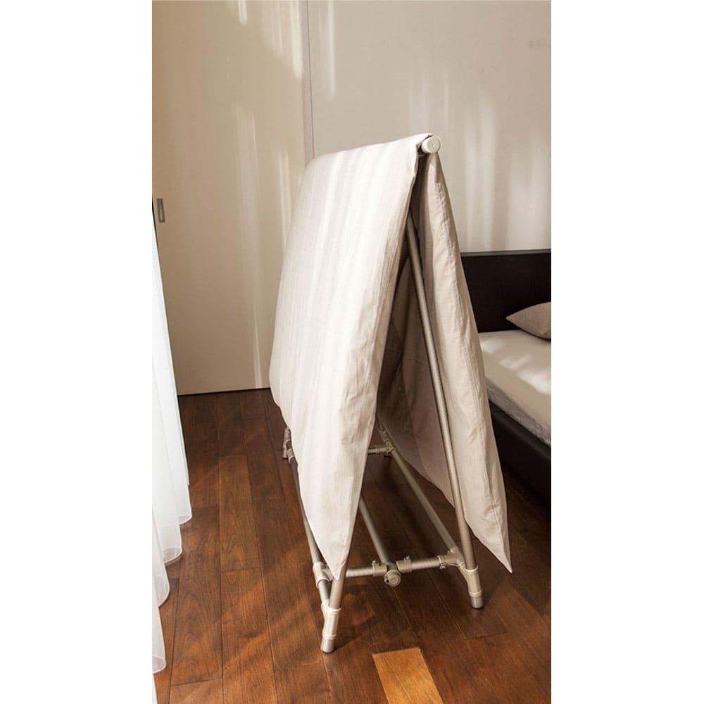 新ベランダ奥行きを広々使えるA型物干し コンパクトタイプ 奥行46cmなので、狭いベランダにもOK!しかも布団2枚を通気性よく並べて干せます。室内のわずかなスペースにも置けるので、布団を畳まず掛けておく使い方も。 ※写真は伸縮レギュラータイプです。