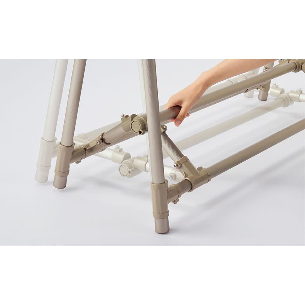 新ベランダ奥行きを広々使えるA型物干し コンパクトタイプ 脚部のバーを軽く持ち上げるだけで、わずか7cmの薄さに!ワンタッチで収納、設置が出来ます。