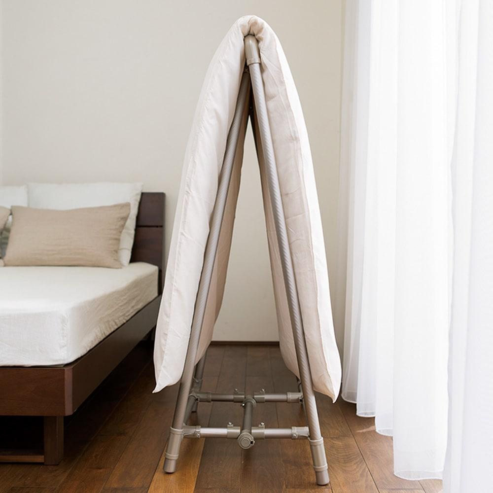 新ベランダ奥行きを広々使えるA型物干し コンパクトタイプ コンパクトタイプは寝室に置いて毎日干しながら収納できます。伸縮レギュラータイプはシングルの布団を並べて2枚干せるレギュラータイプ。A型なので通気がよく軽量なアルミ製で持ち運びも楽。