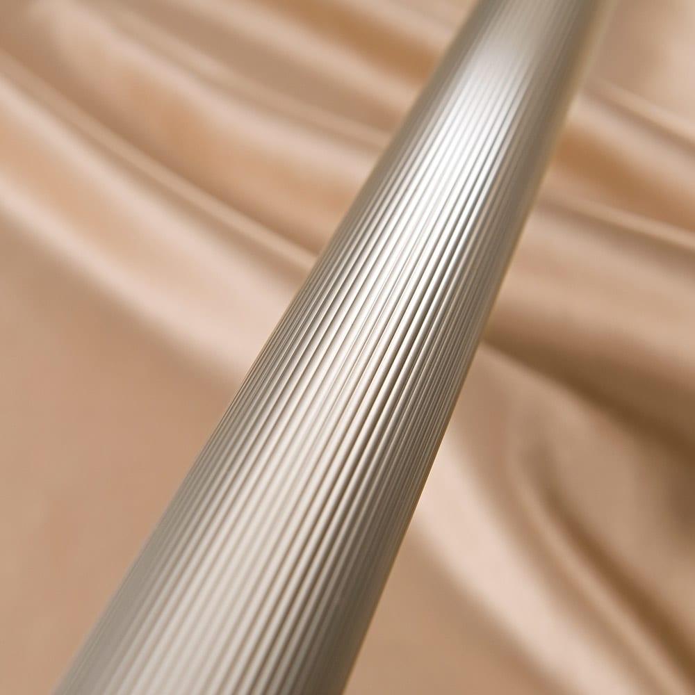 新ベランダ奥行きを広々使えるA型物干し コンパクトタイプ 表面に凹凸のある縞状のローレット加工を施すことで、強度を高め、滑りにくい仕様に。