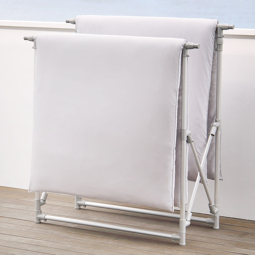 手前に広がる大容量ベランダ物干し コンパクトにしても布団が干せる設計。