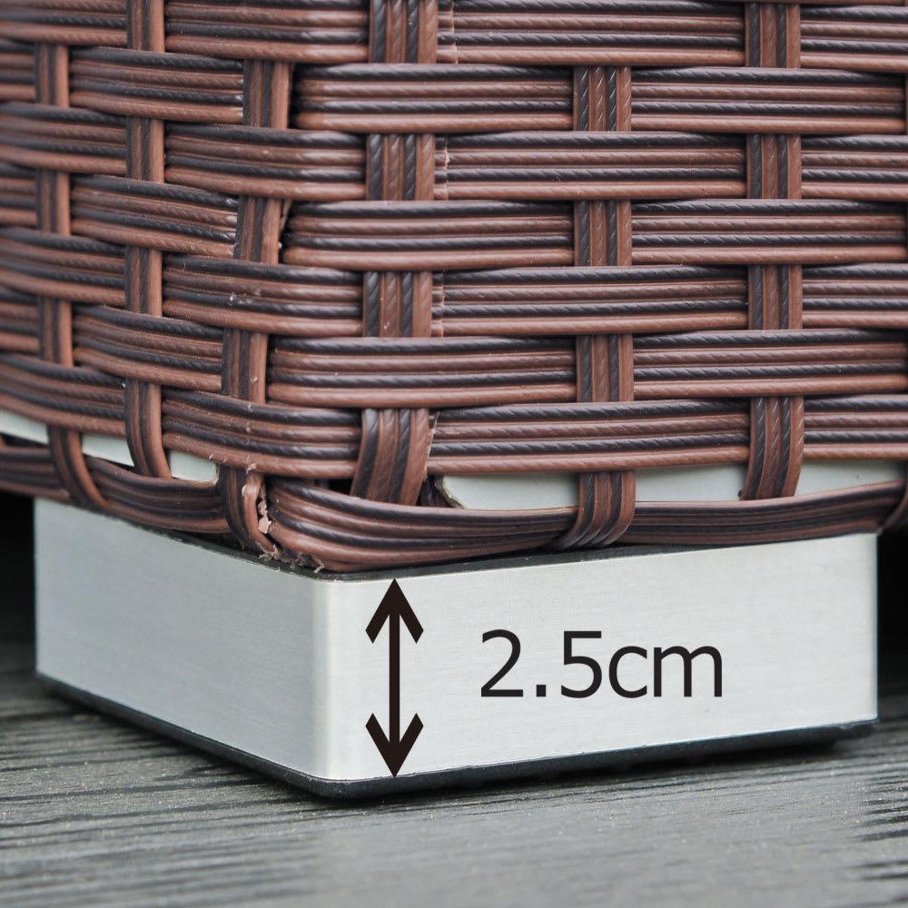 組立不要ラタン調ベンチ収納 幅120cm 脚高なので、庫内の湿気がこもりにくい。