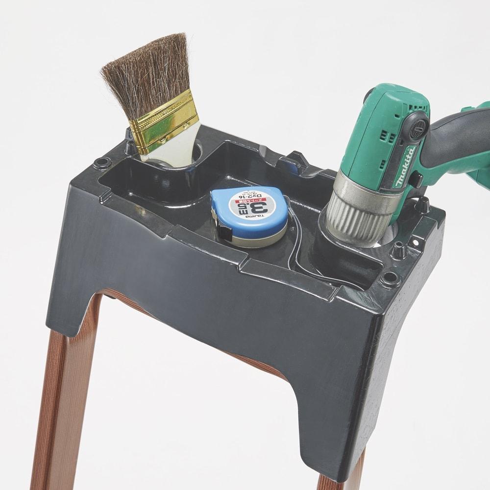 木目調ワイドステップ脚立 4段 最上部にはツールが置けるトレイとフック付き。