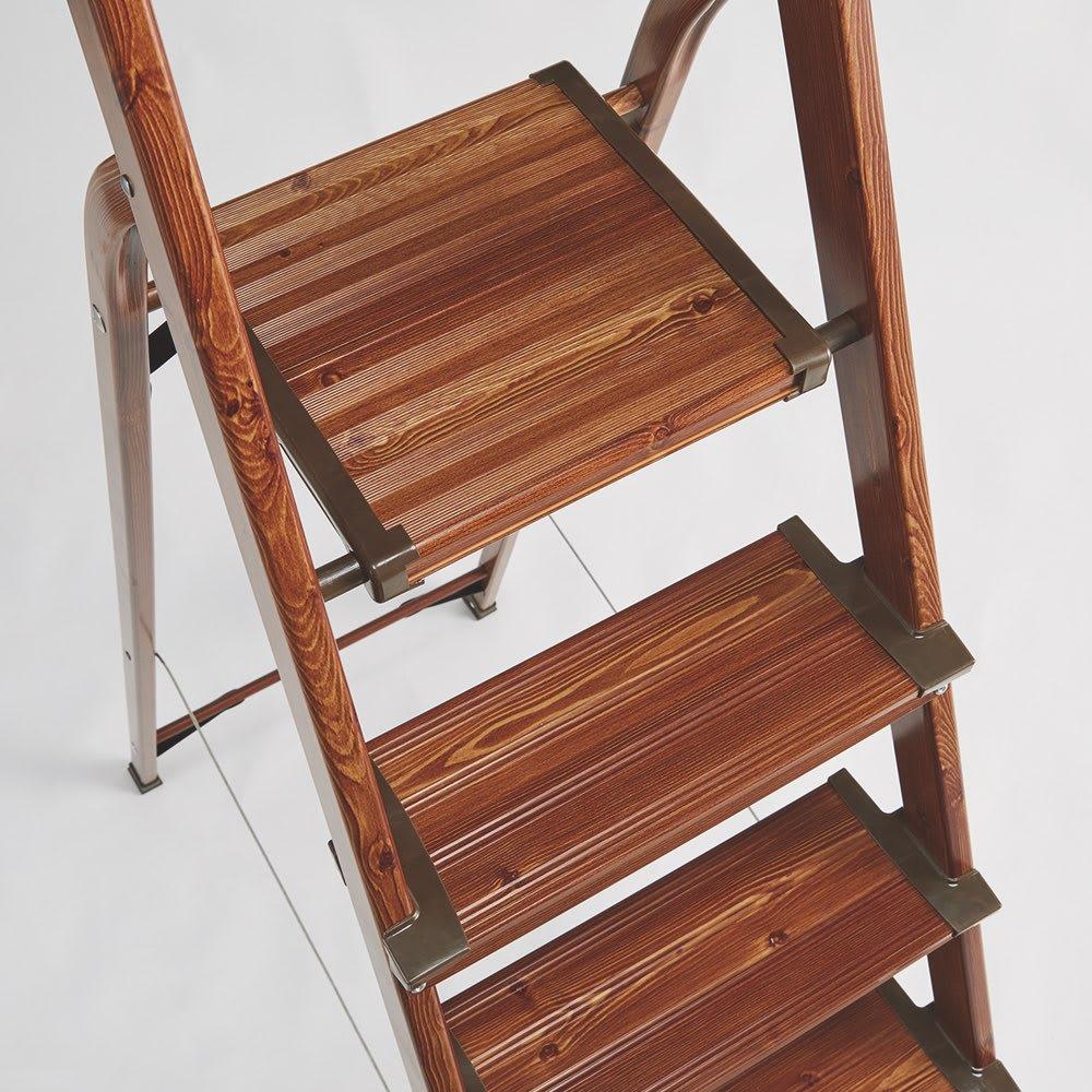 木目調ワイドステップ脚立 8段 ステップの奥行は、安定感のあるワイド設計。