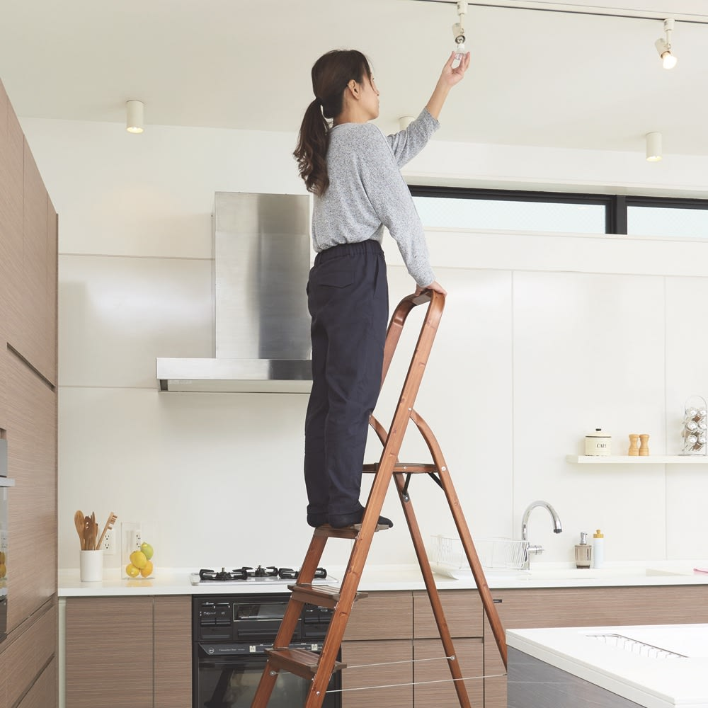 木目調ワイドステップ脚立 8段 お部屋の電球の取り替えにも。