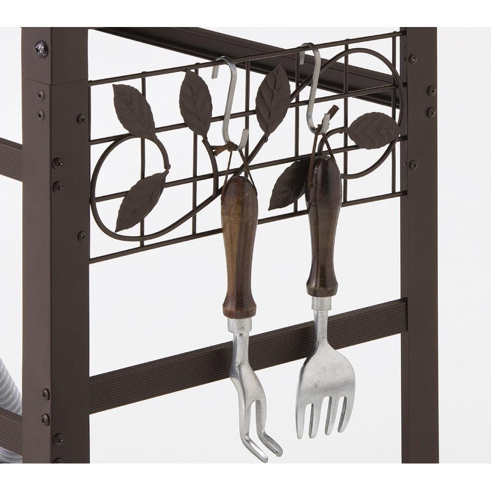 施工不要のモダンシンク 幅50cm サイドのフックにはガーデンツールを掛けて収納できます。