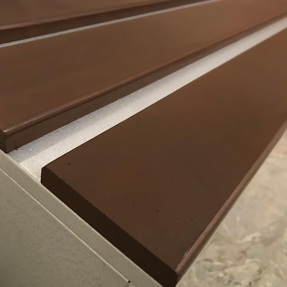 薄型ベランダ収納踏み台ストッカー 幅120高さ32cm 天板は天然木で、熱くなりにくいよう工夫。