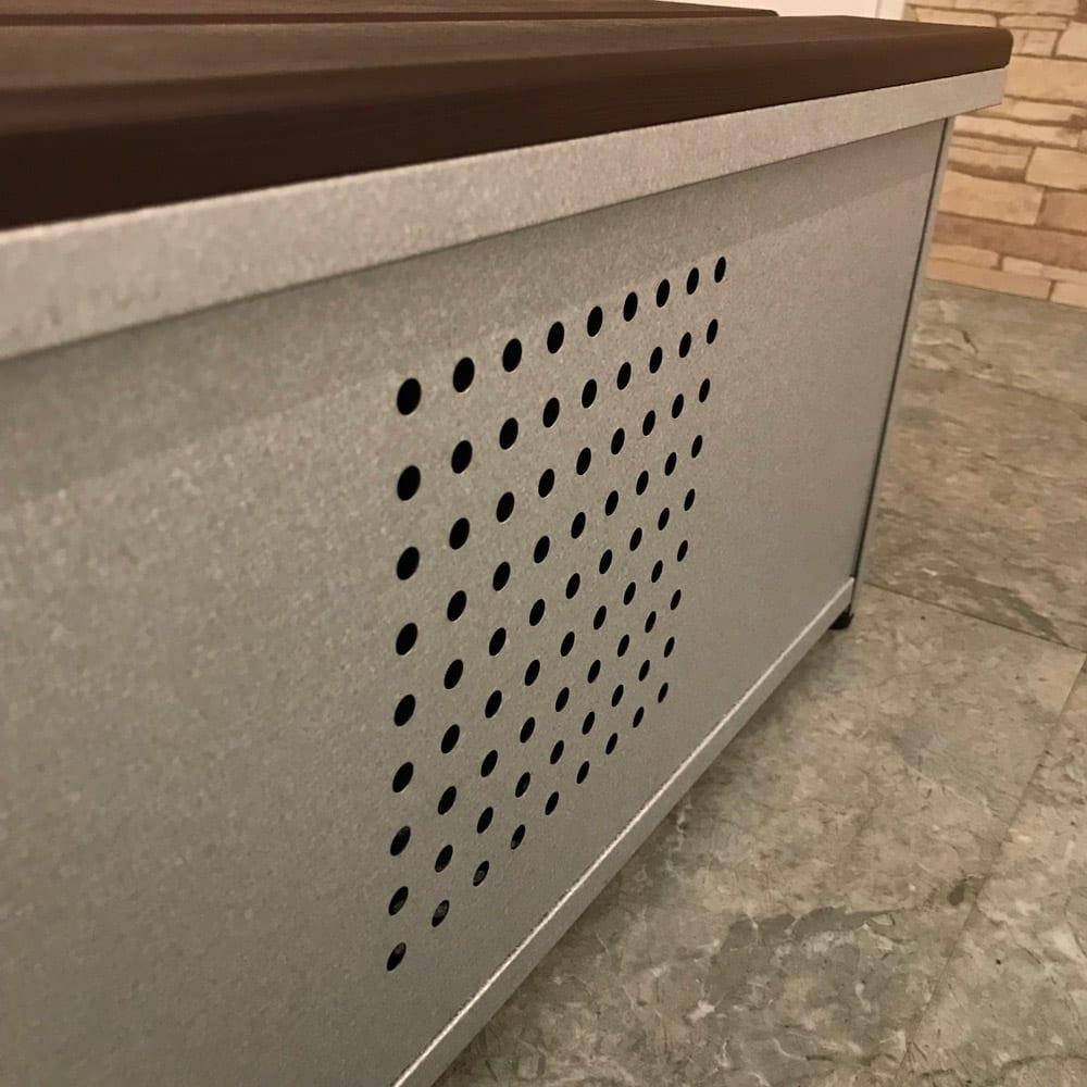 薄型ベランダ収納踏み台ストッカー 幅120高さ32cm 湿気やニオイのこもりを防ぐパンチング孔加工。