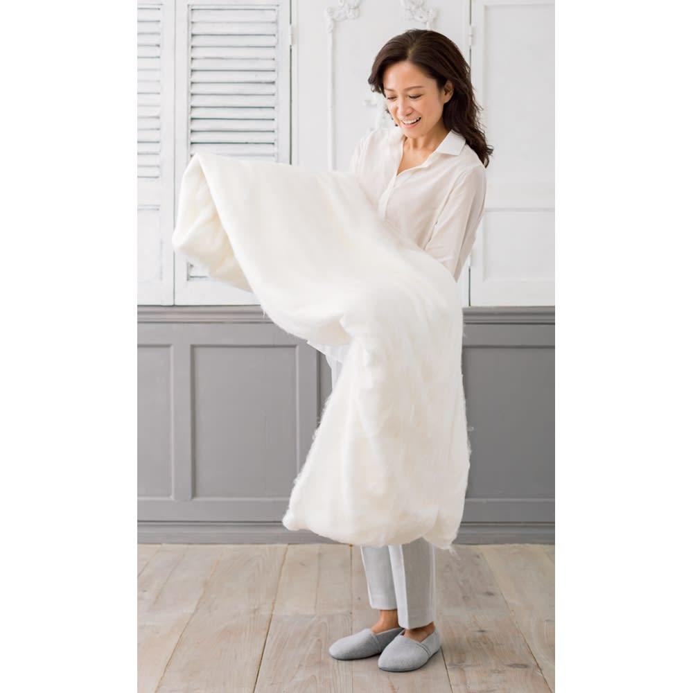 オールシルクシリーズ シルクカバー付き真綿合掛け布団 貴重な双子繭のミルフィーユ真綿掛け布団 。「こんなにたっぷりの真綿が使われているんですね!ミルフィーユのようなふわふわの層が空気を含んで持った瞬間からとっても暖かいです。」