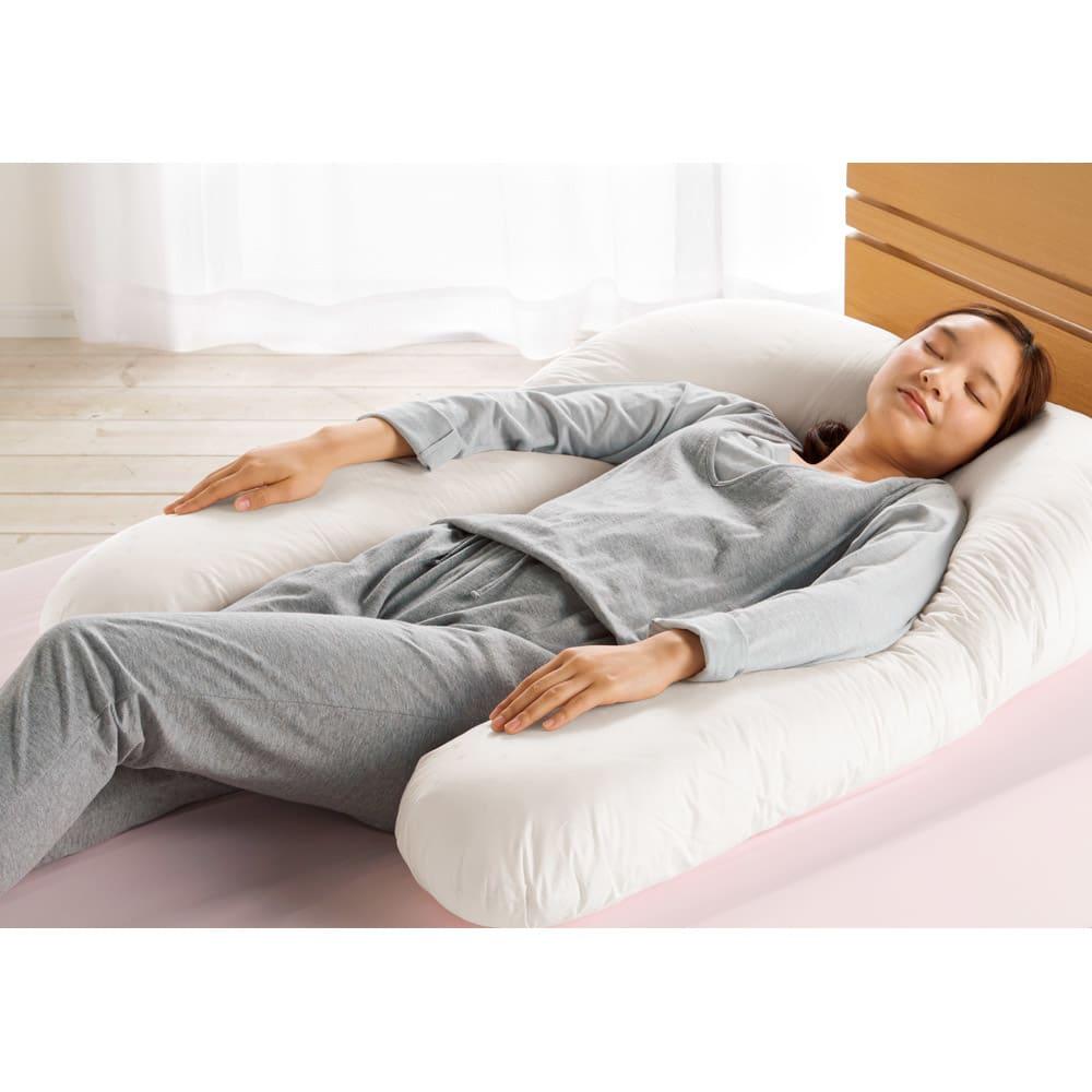フォスフレイクス枕 コンフォートU 専用カバー付き 腕までゆったりあずけられます。