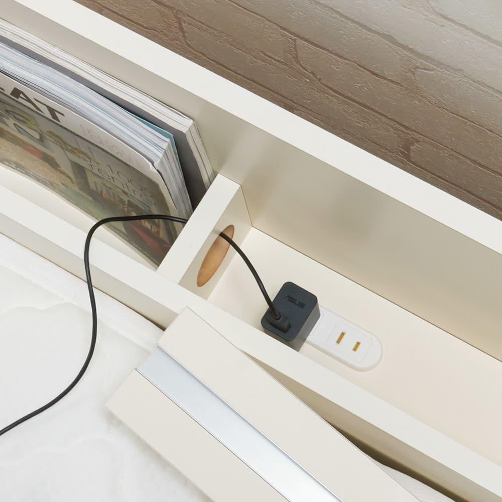 寝そべりながらタブレットが使えるベッド フレームのみ 収納部内はコードを逃がすコード穴と2口コンセント付き。