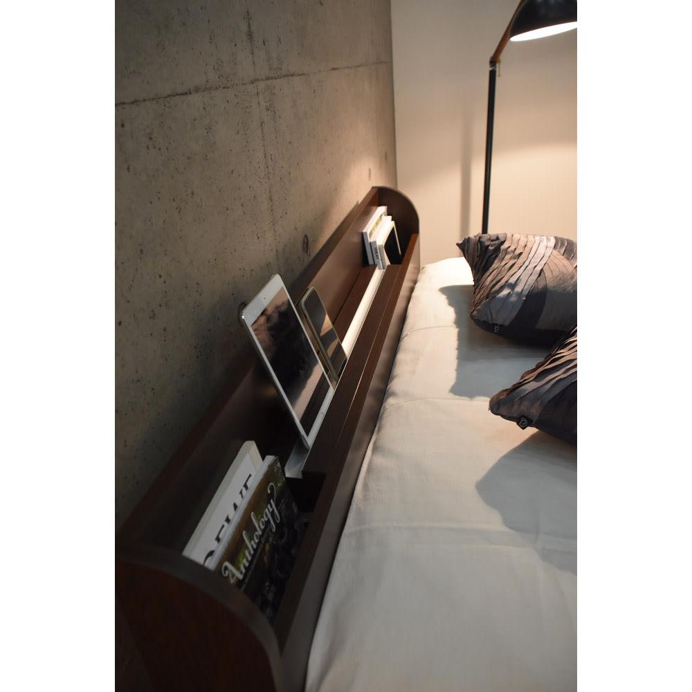 寝そべりながらタブレットが使えるベッド フレームのみ シックなお部屋にも馴染むダークブラウン。