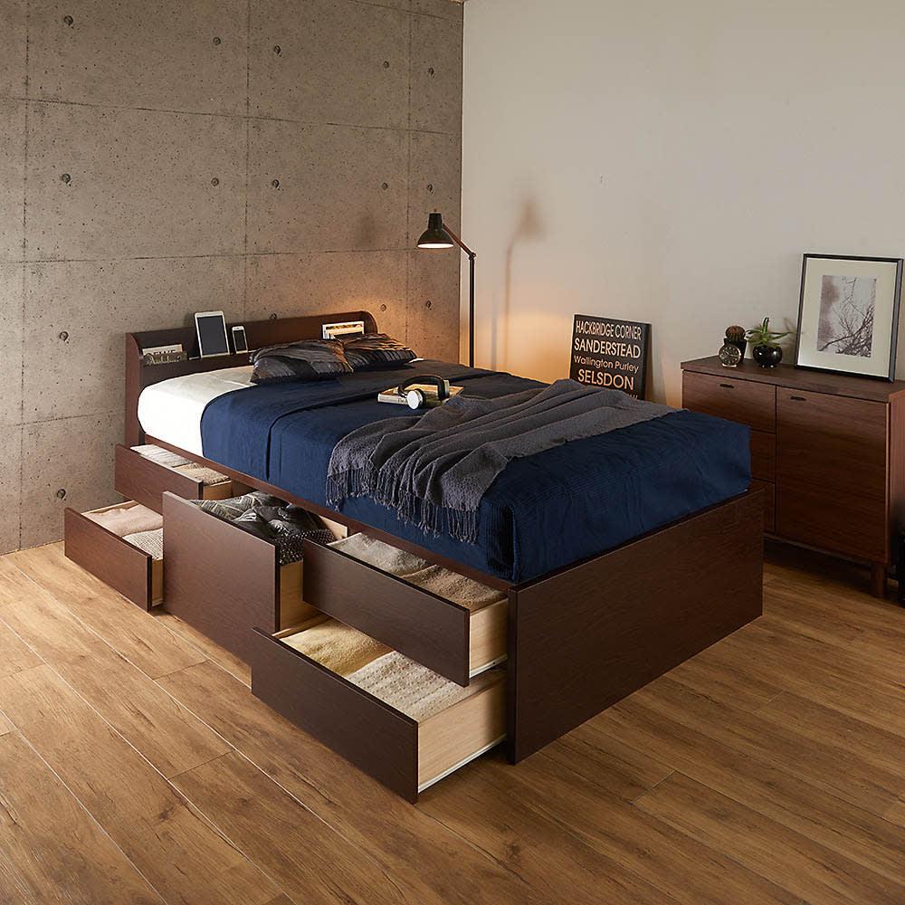 寝そべりながらタブレットが使えるベッド フレームのみ コーディネート例(イ)ダークブラウン ※お届けはフレームのみです。 ※写真はセミダブル。※引き出しは左右どちらにも設置できます。