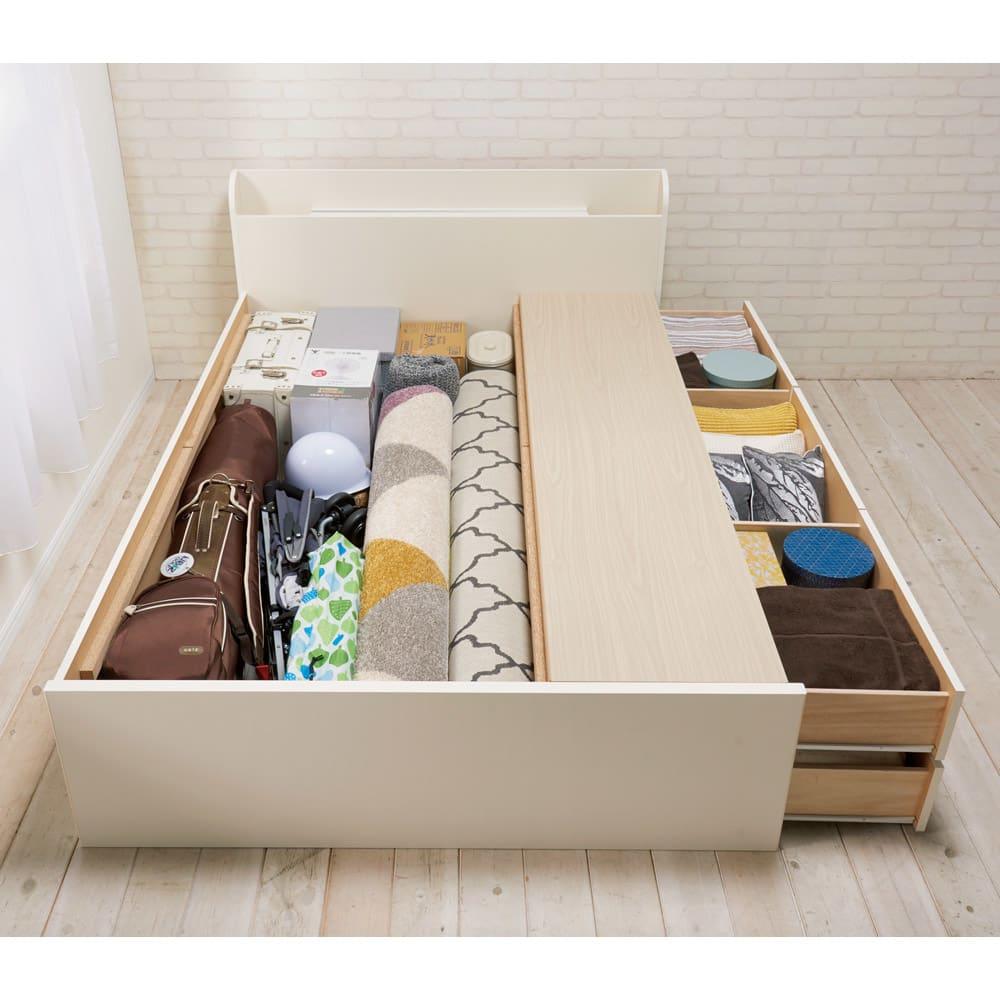 寝そべりながらタブレットが使えるベッド フレームのみ 引き出し奥の収納スペースは、ゴルフバッグや巻いたラグなども収納できます。