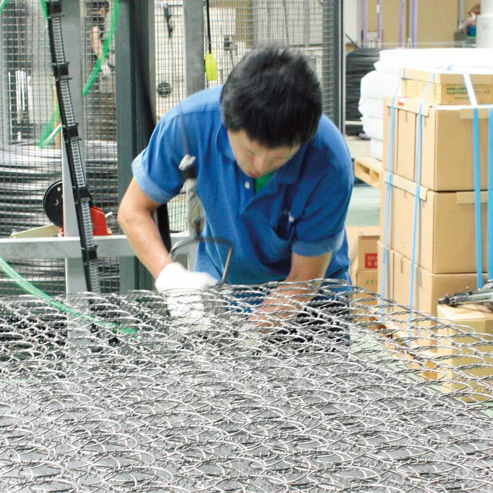 国産抗菌マットレス ポケットコイルマットレス 国内工場で一貫生産。職人歴30年以上のベテランをはじめ、腕に覚えのあるスタッフが一つ一つ心を込めて仕上げています。
